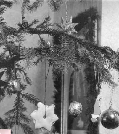 Historic_Christmas_Tree_candles_on_tree
